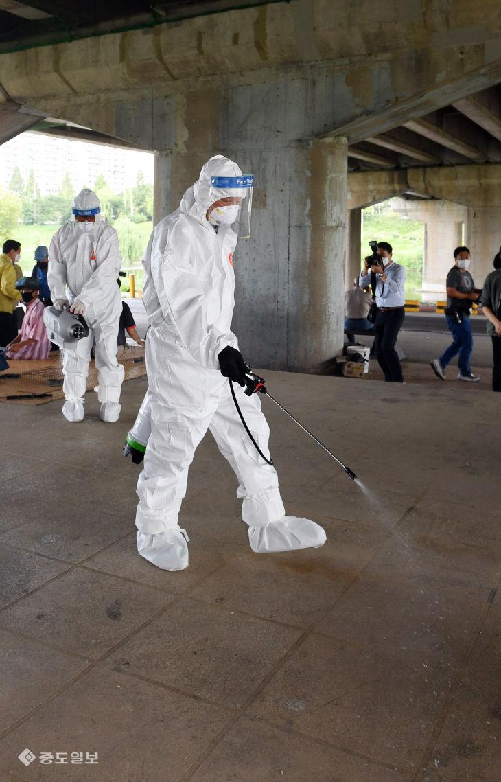 대전 서구청, 집단감염 우려 있는 야외쉼터 방역 실시
