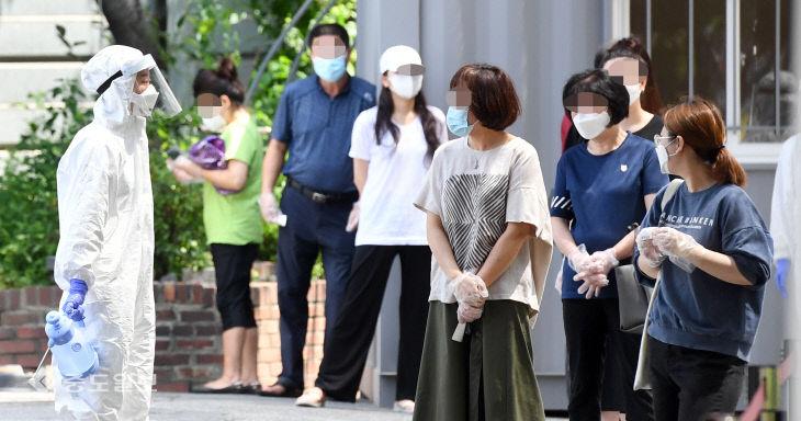 집단 감염 우려에 아침부터 선별진료소 찾은 시민들
