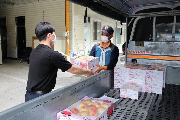사진1) 옥천군청 직원들이 농특산물을 구입하고 있다.