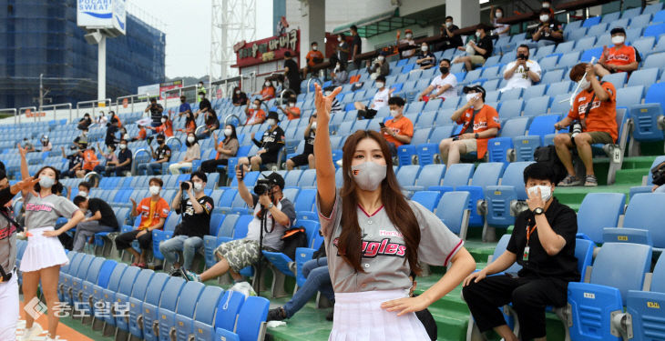 팬들과 응원전 펼치는 한화이글스 치어리더
