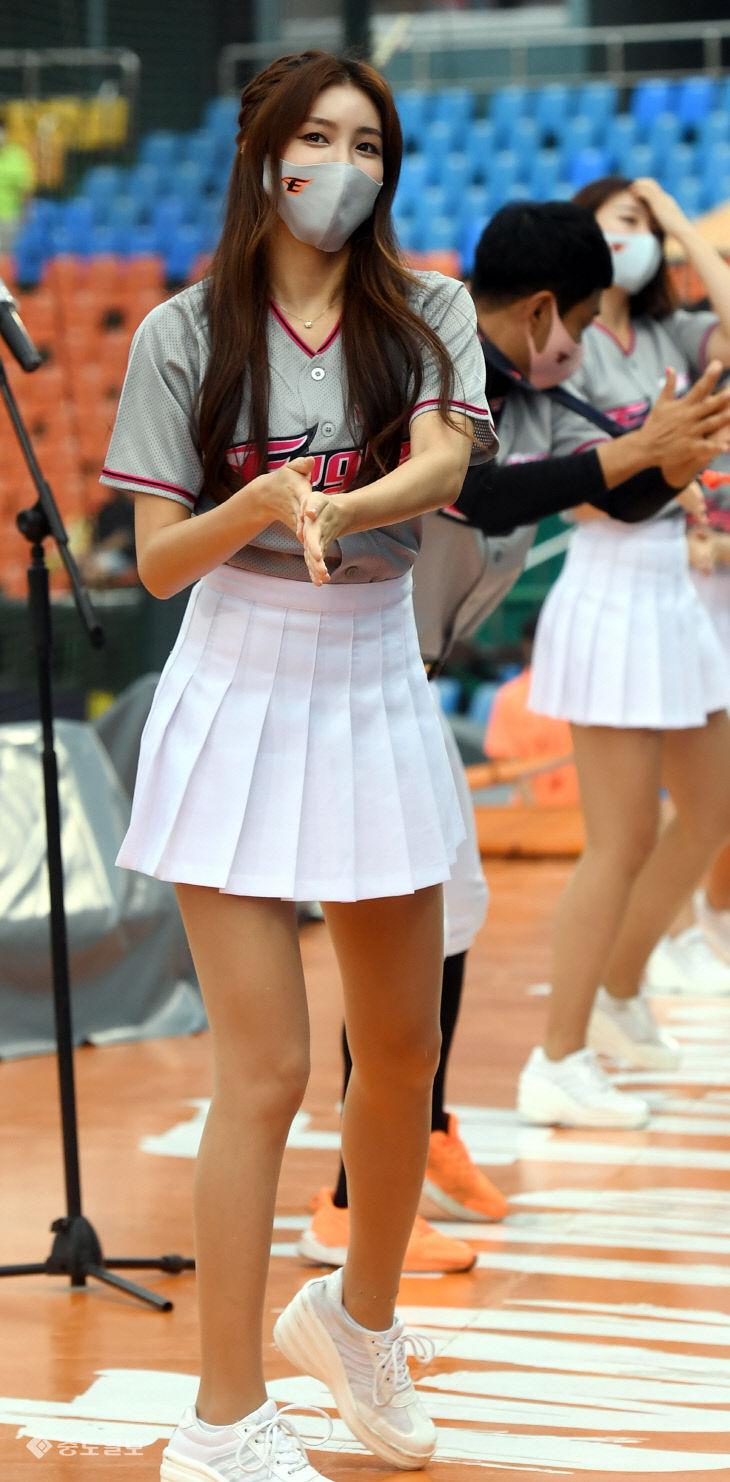 야구팬들과 함께 응원전 펼쳐 즐거운 김연정