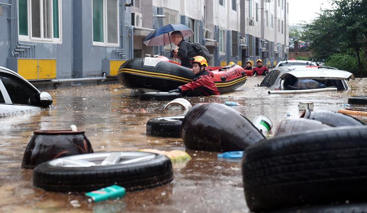 침수된 대전 아파트서 탈출하는 주민