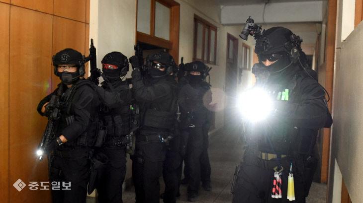 '테러범에 잡혀 있는 인질을 구출하라'