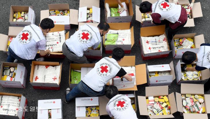 이재민들을 위한 추가 구호물품 준비로 분주한 대한적십자사 대전·세종지사
