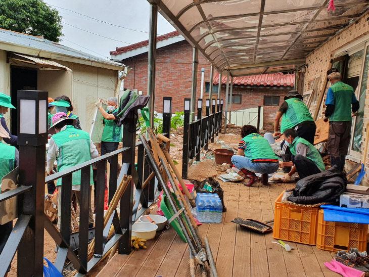 보도자료05_예산군새마을회가 긴급구호 활동을 하는 모습02