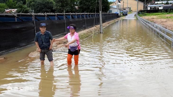 범람한 금강물에 막힌 마을입구 빠져나오는 주민들