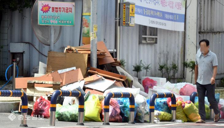 불법투기 금지 경고문이 무색한 쓰레기 투기 현장
