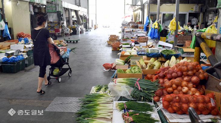 최장 장마 이어 폭염까지…채소값 상승에 시장은 '한산'