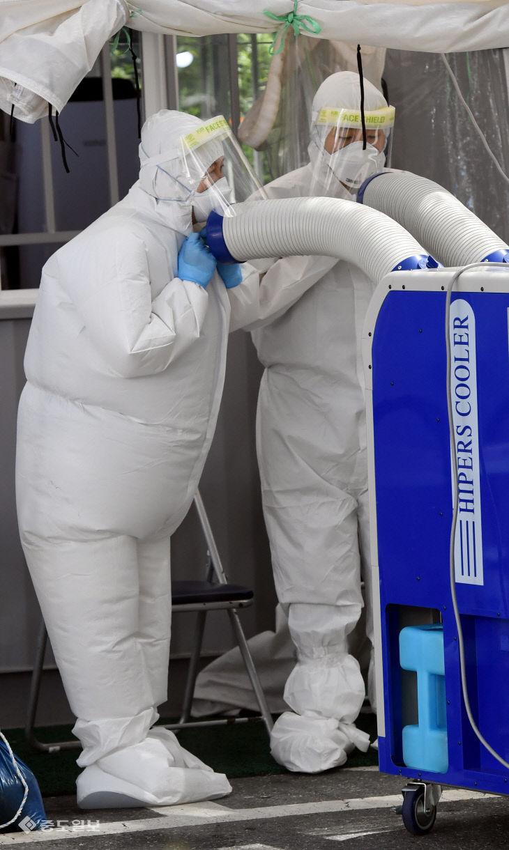 냉풍기로 무더위 날리는 선별진료소 의료진