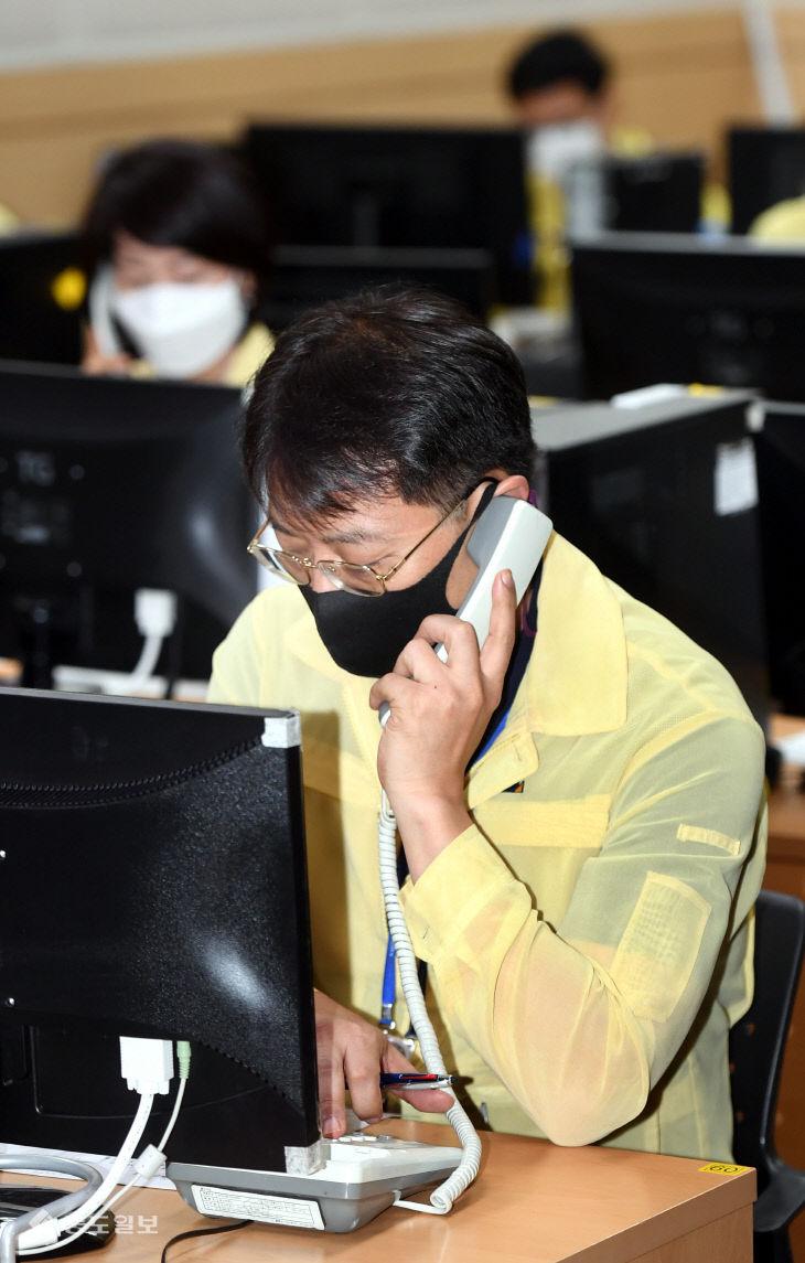 진단검사 이행 행정명령 안내하는 대전시 공무원