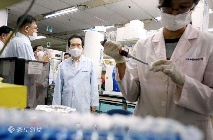 코로나19 치료제 및 백신 개발 현장 찾은 정세균 총리
