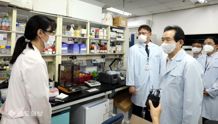 코로나19 치료제 및 백신 개발 연구원 격려하는 정세균 총리