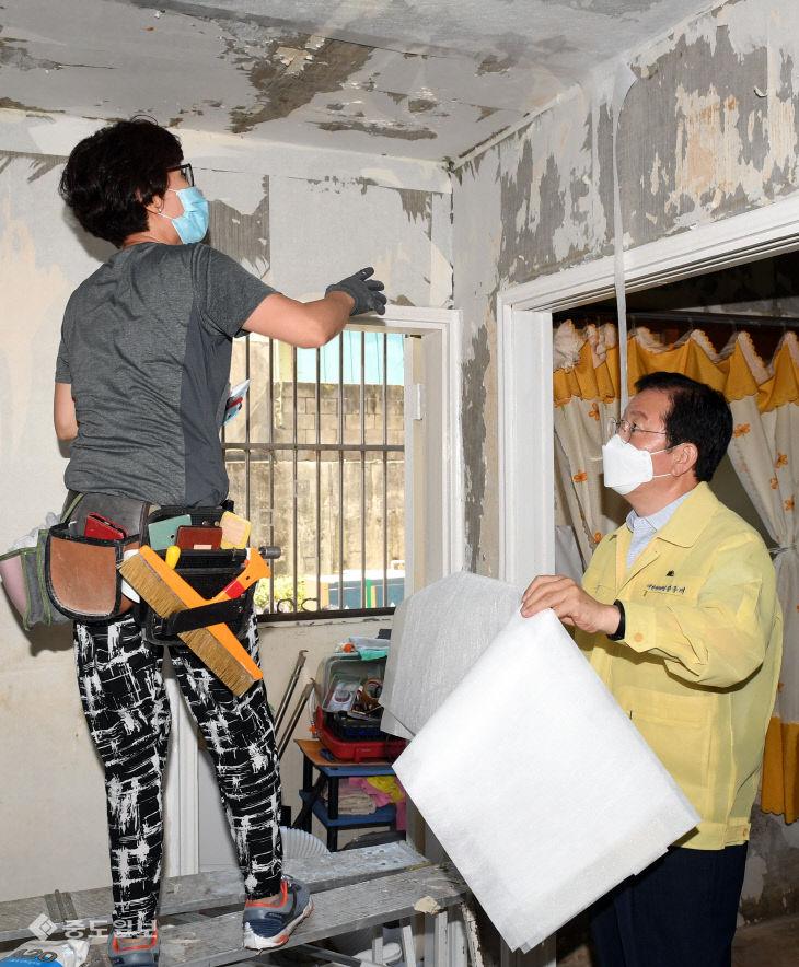 코스모스아파트 도배·장판 도와주는 장종태 대전 서구청장