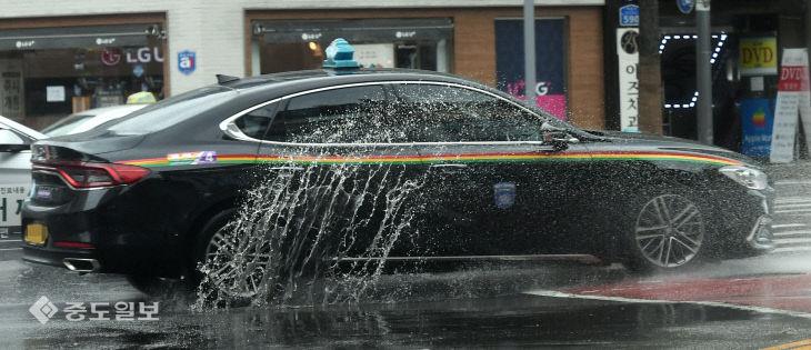 물보라 일으키며 달리는 차량