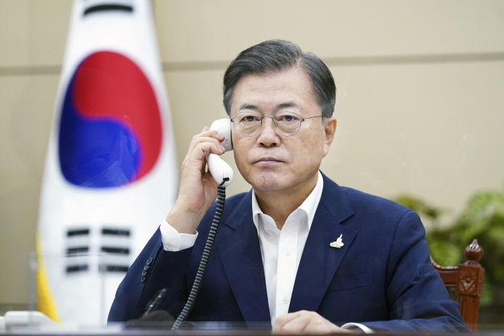 문 대통령, 일본 총리와 전화 회담<YONHAP NO-4629>