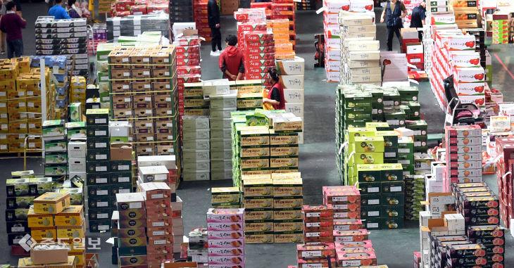 추석 명절 앞두고 과일 선물상자 가득 쌓인 농수산물도매시장