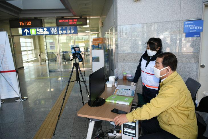 보도자료03_황선봉 군수가 열화상카메라 운영을 점검하는 모습