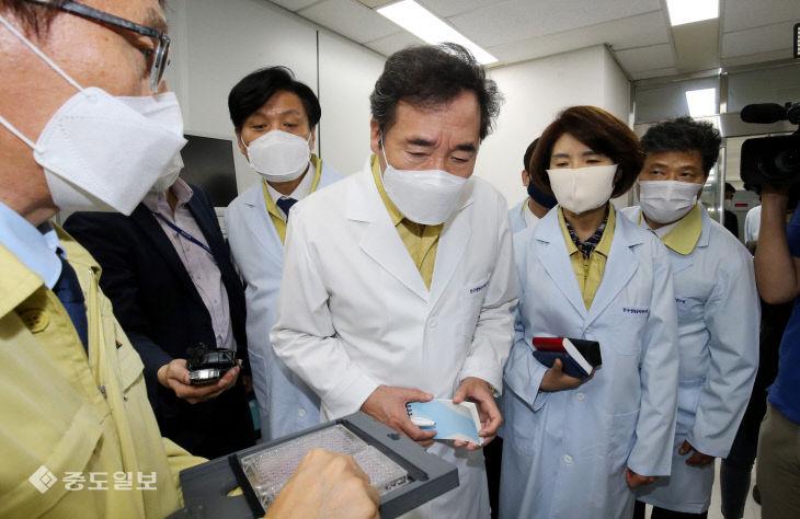 한국생명공학연구원 감염병연구센터 방문한 이낙연 대표