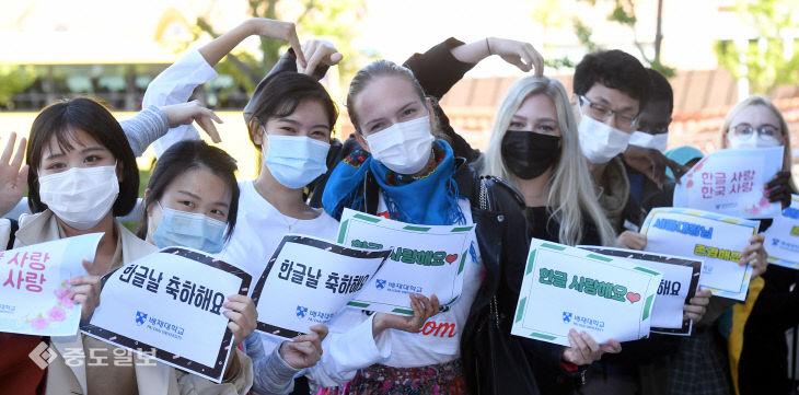 '한글날 축하해요'…외국인 유학생들이 전하는 한글 사랑