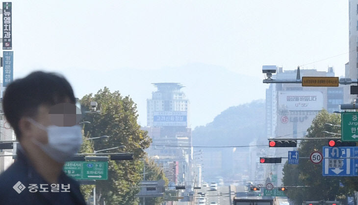 오랜만의 불청객 초미세먼지에 뿌연 대전 도심