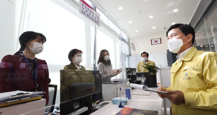 황인호 동구청장(오른쪽)이