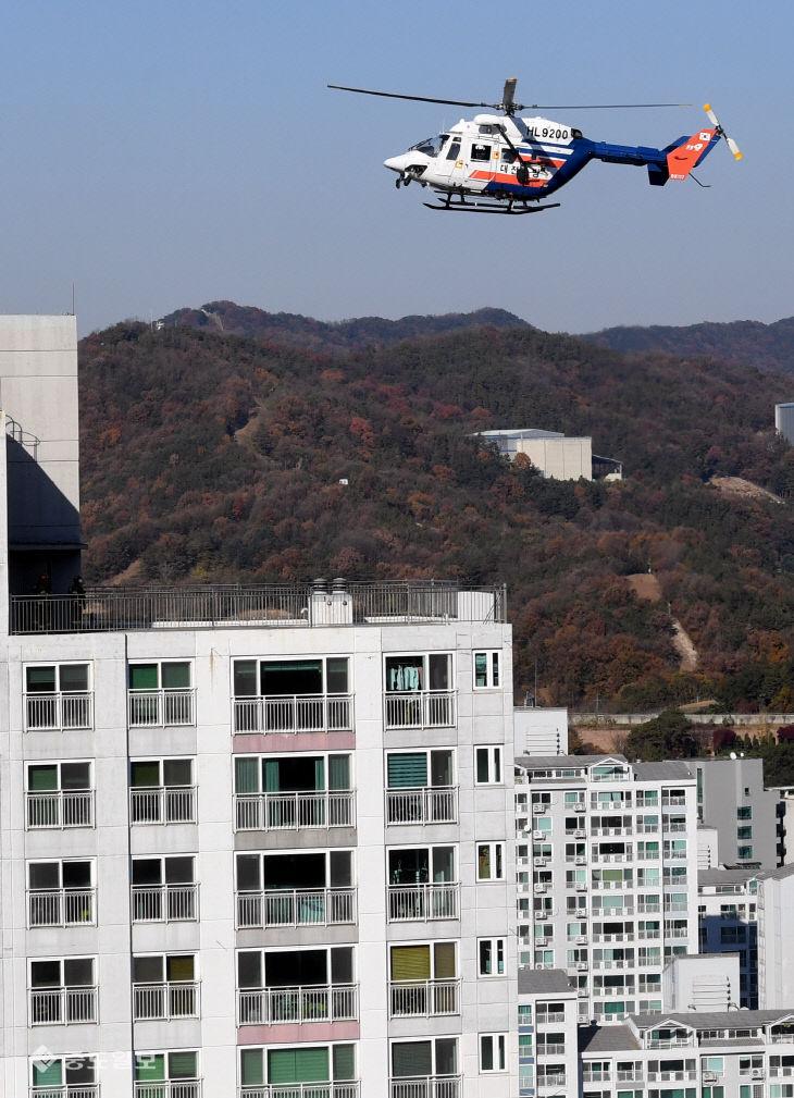 70m 특수소방차와 소방헬기 이용한 고층건축물 화재진압 대응 훈련
