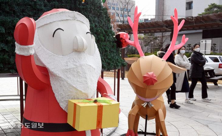 성탄절 앞두고 보라매공원에 나타난 산타와 루돌프