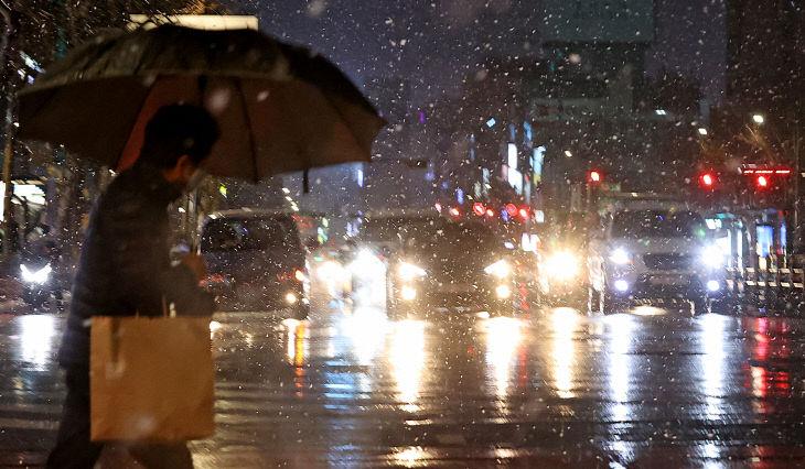 눈 내리는 서울 저녁<YONHAP NO-3220>