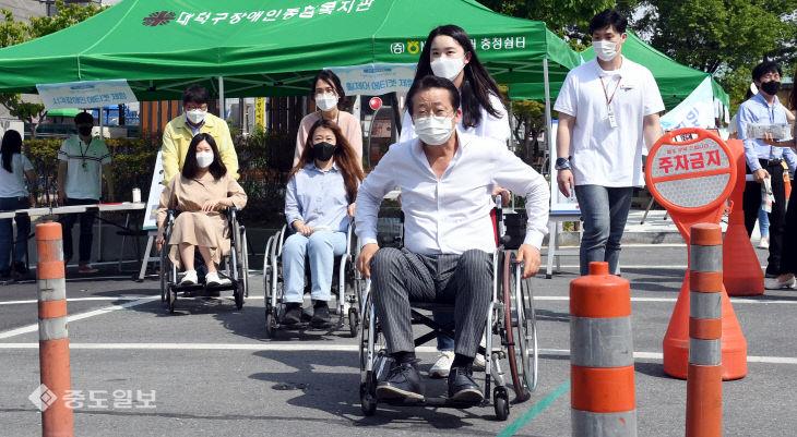 '장애인에 대한 이해는 높이고 편견은 없애요'