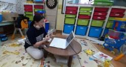 대전 중구다문화가족지원센터는 만 12세 이하 다문화가족 자녀를 대상으로 언어발달지원서비스를 진행하고 있다. 언어발달지원사업은 전문적인 언어촉진 제공을 통해 다문화가족 자녀들이 건강한 사회 구성원, 나아가 글로벌 인재로 성장할 수 있도록 돕기 위한 것이다. 언어평가와 언어교육으로 진행되며 언어평가는 평가도구를 활용하여 아동의 언어발달정도를 평가한다. 평가결과에 따라 어휘·구문 발달 촉진, 대화·사회적 의사소통능력 향상, 읽기 및 쓰기 등의 아이의 연령에 따라 다양하게 언어발달 수업을 진행하고 있다. 현재는 코로나 19로 인해 온라인 수업으로 진행되고 있다. 또한 학습꾸러미를 구상하고 대상자가정에 배부해 교구 만드는 방법과 언어촉진을 해주는 방법 영상을 만들어 SNS에 올리고 , 대상자 가정에 지원하고 있다. 이처럼 아이들의 언어발달이 지속적으로 발달될 수 있도록 진행하고 있다. 만오링 명예기자